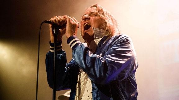Sänger Peter Hein während eines Konzertes von Fehlfarben im Heimathafen Neukölln.
