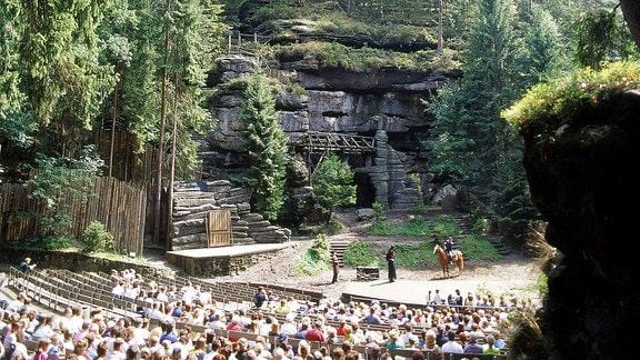 Besucher bei einer Aufführung in der Felsenbühne Rathen.