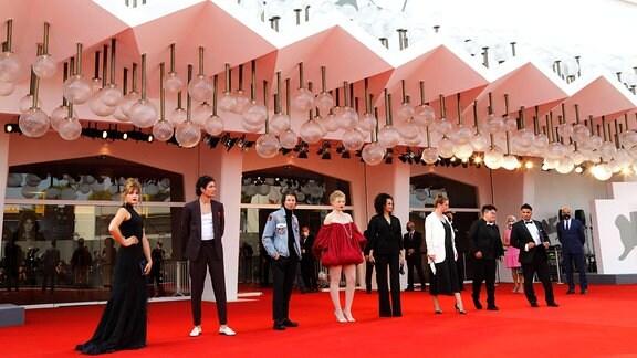 Mala Emde, Noah Saavedra, Tonio Schneider, Luisa-Celine Gaffron, Ivy Lissack, Julia von Heinz, Gast und Hussein Eliraqui bei der Premiere des Kinofilms Und morgen die ganze Welt auf der Biennale di Venezia 2020