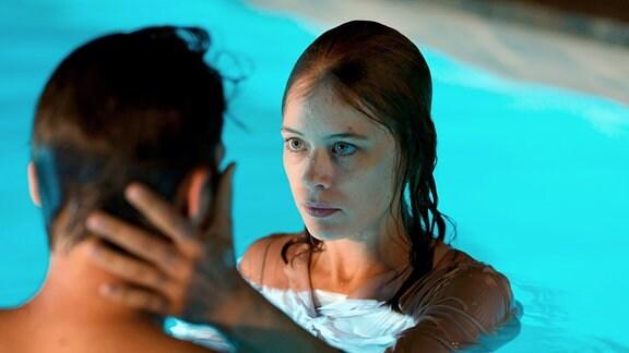 Szene aus dem Film ''Undine''. Eine Frau und ein Mann im Swimmingpool.