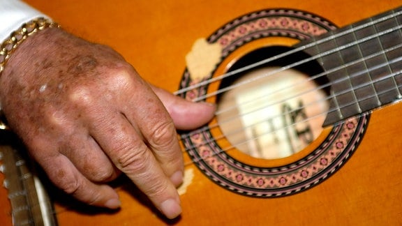 Die Hand von Manitas de Plata an der Gitarre
