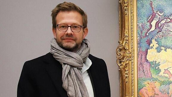 Der Autor Florian Illies steht vor einem Gemälde