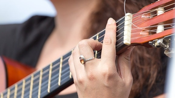 Folk - Lied - Gitarrespielerin