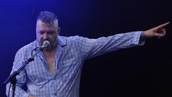 Martin Bechler, Sänger der Band Fortuna Ehrenfeld, beim Musikfestival Heimspiel Knyphausen 2019