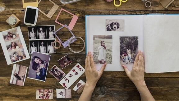 Frauenhände gesalten Fotoalbum