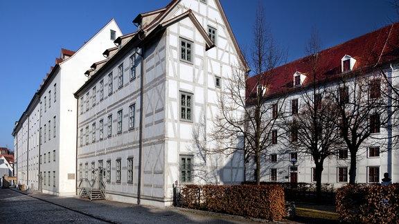 Im Jahr 2000 wurde das Alte Mägdeleinhaus am Lindenhof der Theologischen Fakultät der Martin-Luther-Universität Halle-Wittenberg zur Nutzung übergeben