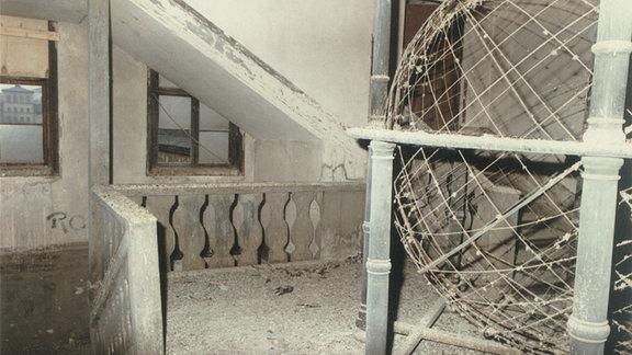 Das mit Taubenkot bedeckte Weltenmodell im Waisenhaus der Franckeschen Stiftungen vor dem Wiederaufbau