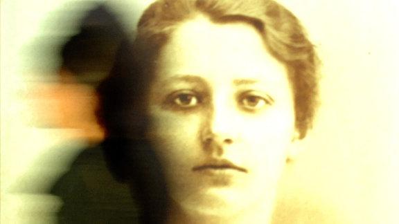 Bei einer Presse-Vorbesichtigung läuft eine Besucherin im Lübecker Buddenbrookhaus an einem Jugendbild der Schriftstellerin, Malerin und ܜbersetzerin Franziska zu Reventlow vorbei.