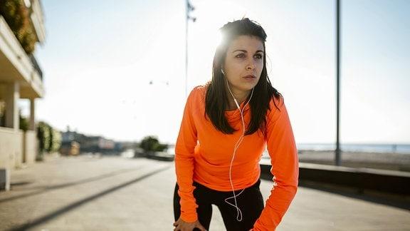 Eine junge Frau in Sportkleidung