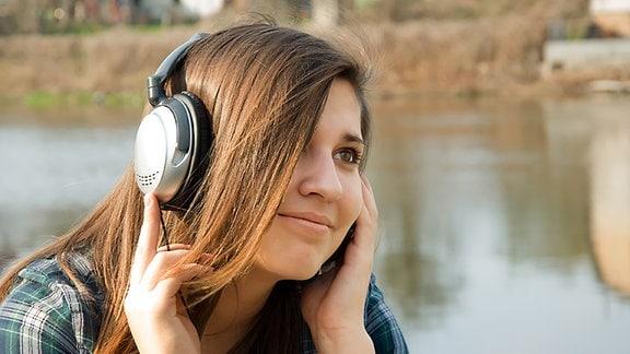 Eine junge Frau mit Kopfhörern