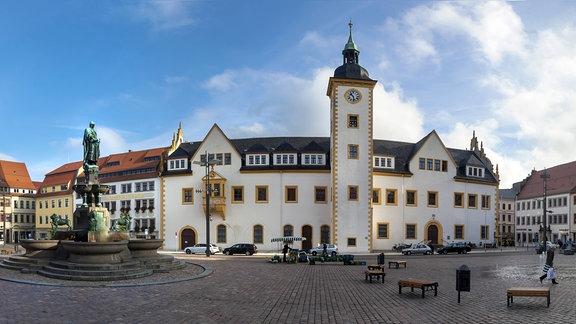Der Marktplatz mit dem Rathaus und dem Brunnen Otto der Reiche in Freiberg im Erzgebirge