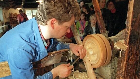 Hans-Günter Flad ist einer der wenigen Spielzeugmacher, die noch die Kunst des Reifendrehens beherrschen. Bei den 14. Tagen des historischen Handwerks im Freilichtmuseum im Spielzeugdorf Seiffen am 18. und 19. Mai 1996 stellte er sein Können unter Beweis. Die beim Reifendrehen entstehenden Holzfiguren sind erst dann zu erkennen, wenn der Reifen zertrennt wird.
