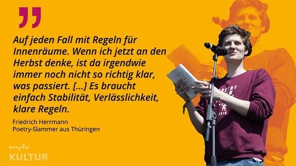 Friedrich Herrmann liest auf einer Bühne.