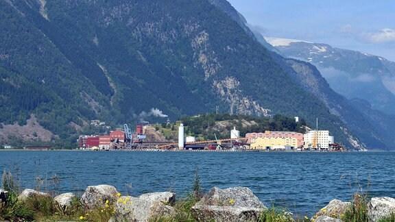Blick auf die norwegische Stadt Odda am Sørfjord mit Industrieanlagen.