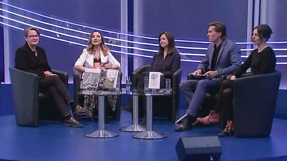 Vier Frauen und ein Mann sitzen in einer Gesprächsrunde.
