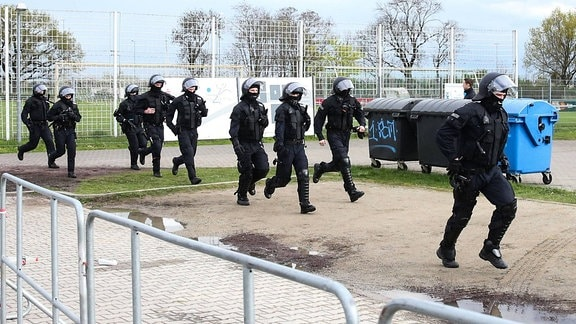 Polizei rennt zu einem Einsatz