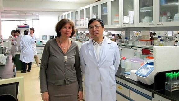 Prof. Chen Yu Zhang leitet die biomedizinische Forschung der Universität Nanjing. Hier im Porträt mit der Autorin Heidi Mühlenberg.