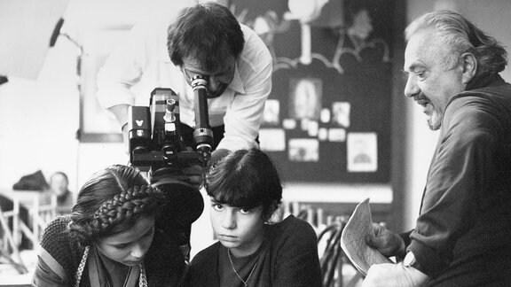 Ein Stück Himmel, Fernsehserie, Deutschland 1982, Regie: Franz Peter Wirth, bei den Dreharbeiten: Darstellerin Dana Vavrova (Mitte), Kamermann Gernot Roll und Regisseur Franz Peter Wirth (rechts)