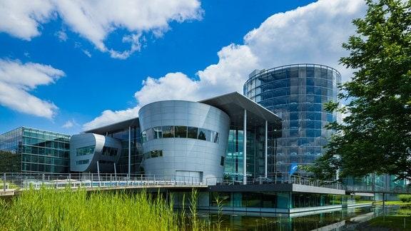 Gläserne Manufaktur Die Gläserne Manufaktur in Dresden ist eine von drei Produktionsstätten der Volkswagen Sachsen GmbH.