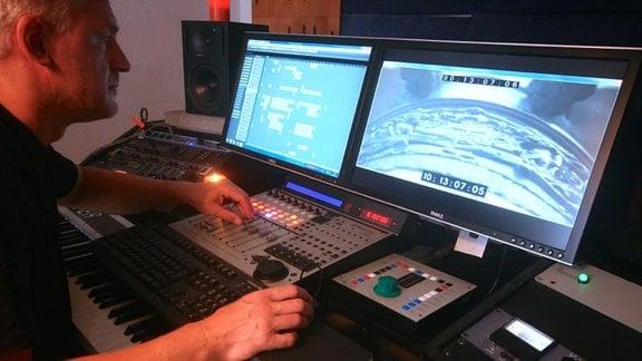 Philipp E. Kümpel komponiert in seinem Studio die Musik synchron zum Bild.