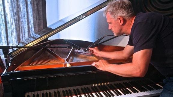 Die Klavierstimme nimmt Philipp Kümpel an seinem Flügel auf ...