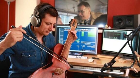 Bei der Musik zur Geschichte Mitteldeutschlands setzt Andreas Moisa gerne seine speziell in Kalifornien angefertigte Guitarviol ein