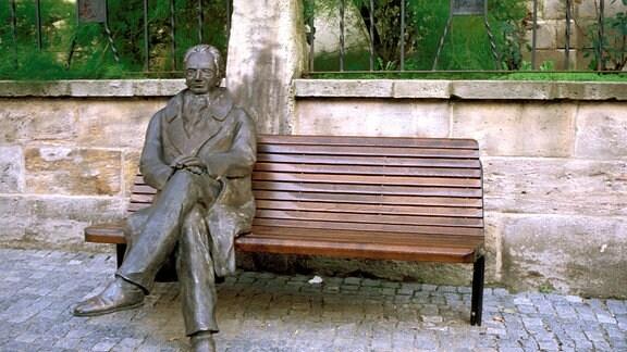Goethe in Ilmenau - Bronzefigur auf Sitzbank.
