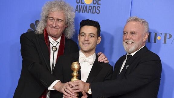 Brian May und Roger Taylor von der Band Queen stehen  im Rahmen der Verleihung der 76. Golden Globe Awards neben Rami Malek mit der Auszeichnung als bester Schauspieler.