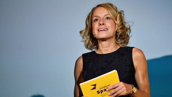Nicola Jones, Festivalleiterin, spricht beim diesjährigen Kindermedienfestival 'Goldener Spatz' auf der Bühne.