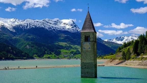 Ein Kirchturm in einem See