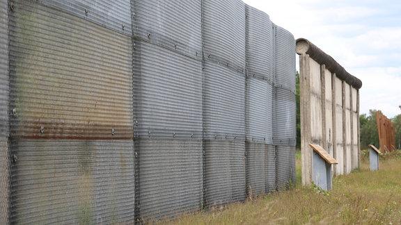Blick auf einen Grenzzaun am Grenzlehrpfad in Böckwit