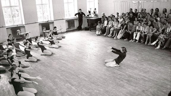 1975, Tänzerin Gret Palucca während des Unterrichts in der Palucca Schule in Dresden.