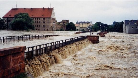 Jahrhundertflut Grimma 2002 - Pöppelmannbrücke, überflutet (13.08.2002)