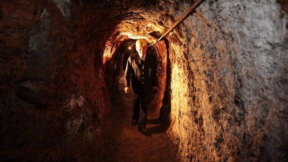 Ein Bergmann in einem Stollen der Grube Glasebach
