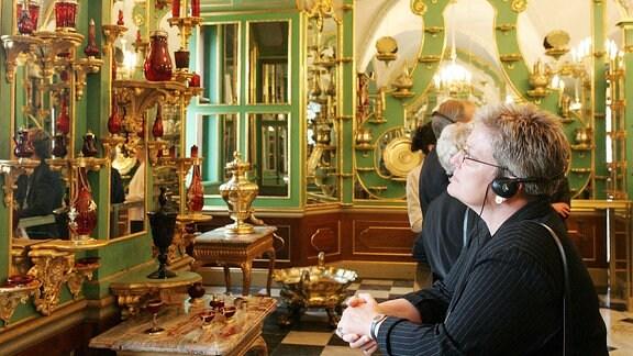 Besucher im Silbervergoldeten Zimmer während der Wiedereröffnung des Grünen Gewölbes im Dresdner Schloss.