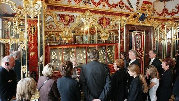 Besucher im Juwelenzimmer des Grünen Gewölbes im Dresdner Schloss