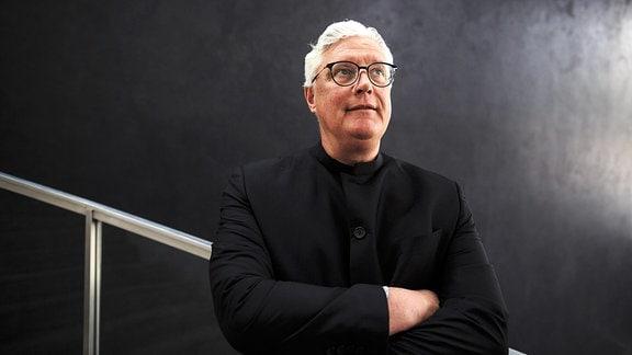 Guy Montavon, Intendant des Theaters Erfurt, steht nach einer Pressekonferenz zum Programm des Philharmonischen Orchesters im Treppenhaus.