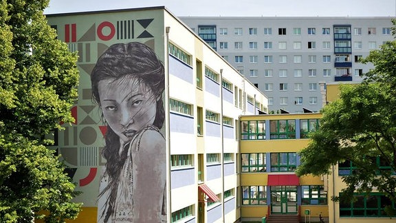 Die von der Freiraumgalerie gestaltete Fassade an der Kastanienallee-Schule