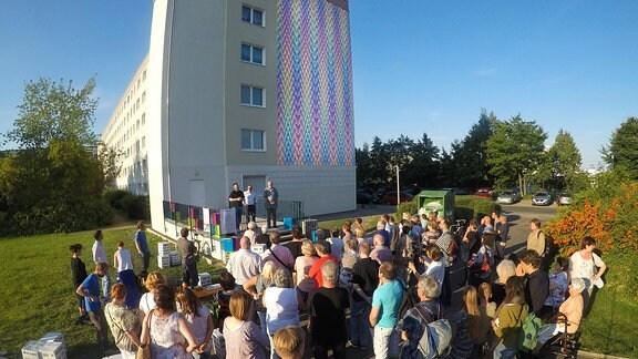 Eine von der Freiraumgalerie gestaltete Fassade in Halle-Neustadt wird eingeweiht