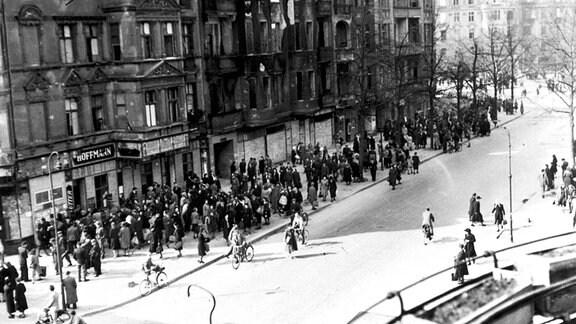 Schwarzmarkt an der Ecke Westrasse und Bundesplatz im Bezirk Friedenau Berlin (Deutschland, ca. 1946)