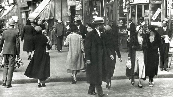 Modisch gekleidete Afroamerikaner 1940 auf einer Straße in Harlem