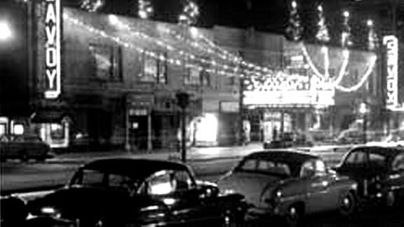 Autos stehen vor einem Nachtclub in Harlem