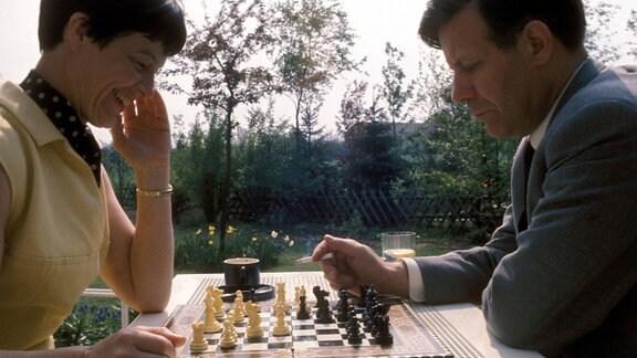 Bundeskanzler Helmut Schmidt spielt 1975 Schach mit seiner Frau Hannelore Loki Schmidt