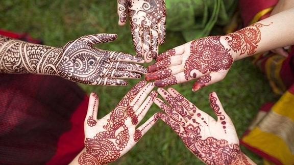 Hände mit Henna-Tattoos