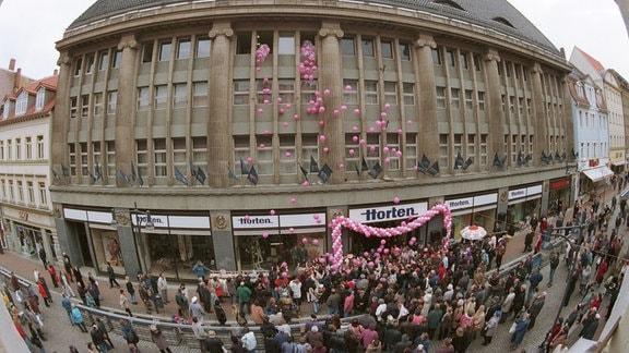 Luftballons fallen am Montag (22.03.1999) aus dem Warenhaus in Gera, das vor 95 Jahren als erstes Kaufhaus von Hertie in Deutschland eröffnet worden war.