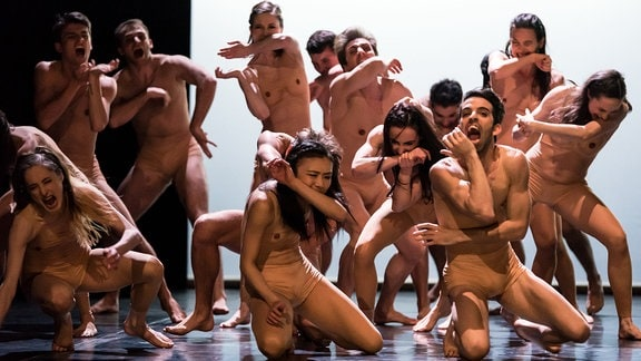 """Tänzer und Tänzerinnen im Ballett """"Hieronymus Bosch"""""""