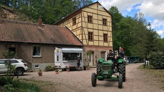 Hoffnungschacht in Scharfenberg mit Traktor und Eiswagen