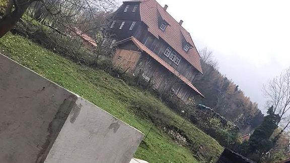 Mahnmal vor Björn Höckes Haus.