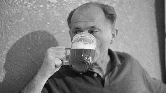 Bohumil Hrabal trinkt ein Bier.