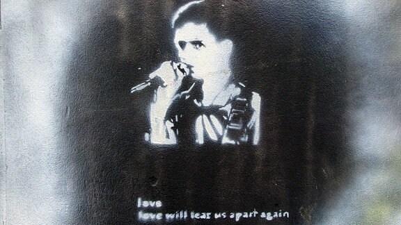 Schablonenbild von Ian Curtis 2005 an einer Hauswand